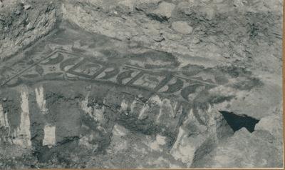 S. Croce Camarina: basilica bizantina della Pirrera. Tratto musivo a ridosso della parete est dell'aula sinistra e il resto della tomba B