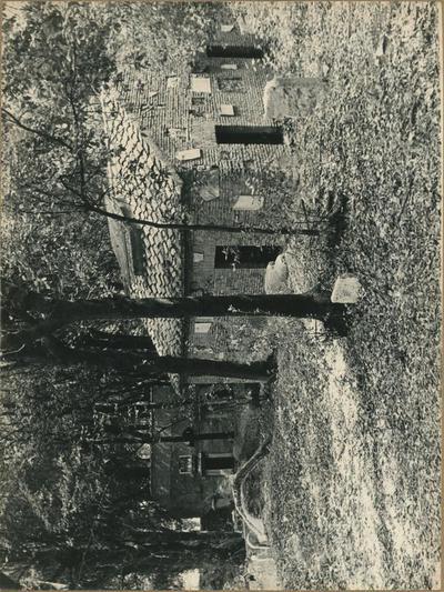 Roma, area sepolcrale di Villa Pamphilj. In primo piano il colombario scoperto nel 1838 e le iscrizioni ancora fitte in terra. Evidenti, sulle pareti del colombario, le tracce di pezzi mancanti