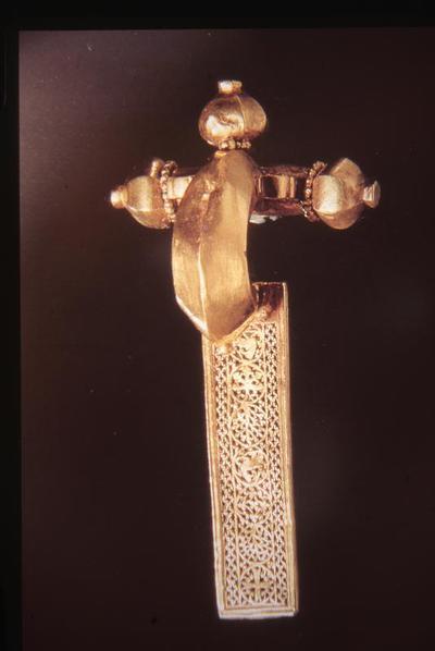 Musei Civici Reggio Emilia, Golden fibula with