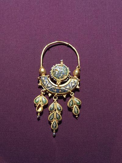 Bulgaria, Archaeological Museum of Preslav, Preslav Treasure, gold cloisonné earring with three pendants
