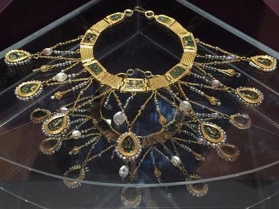 Bulgaria, Archaeological Museum of Preslav, Preslav Treasure, gold nacklace with gemstones and pearls