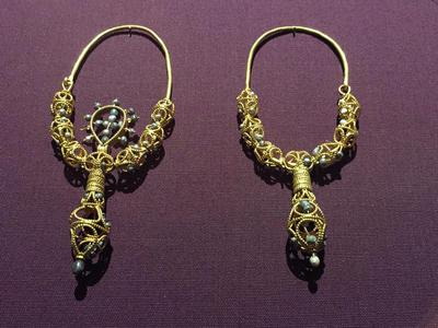 Bulgaria, Archaeological Museum of Preslav, Preslav Treasure, gold earrings with pearls