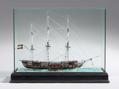 Glasmodell einer Fregatte