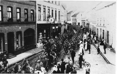 Kriegsausbruch - Soldaten auf der Lange Str. in Dülken