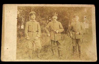 Photo: Drei Personen im Feld, u.a. Ernst Kempe