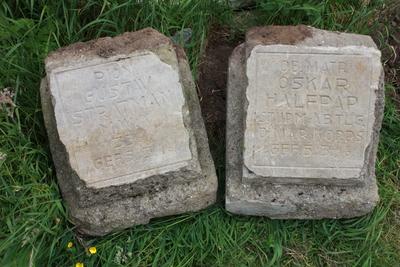 Twee grafstenen