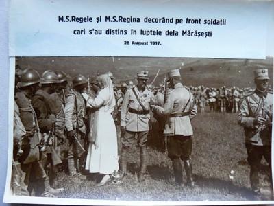 Regele si Regina decorand soldatii in luptele de la Marasesti