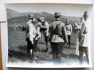 Regele și Regina decorând ofițeri și soldați (Oituz, 1917)