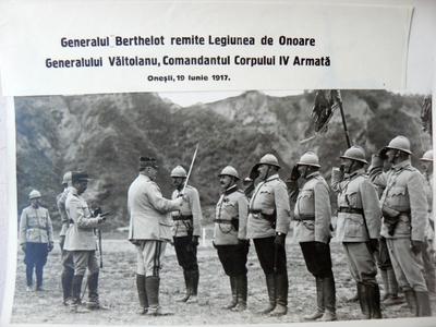 Generalul Berthelot il decoreaza pe generalul Văitoianu la Onești (1917)