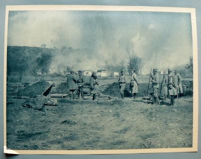 Dorf in Flammen auf der Vorderseite Vorderseite