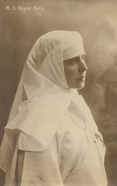 Regina Maria in Uniforma de asistenta medicala din profil