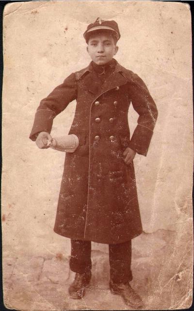 Elevul Dumitru Jugănaru în uniforma școlii din Lugoj