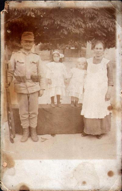 Drîglă Vasile și Ana cu cele două fete