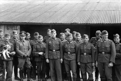 Løytnant Franz Affolderbach med underoffiserer utenfor Grotaasekspedisjonen