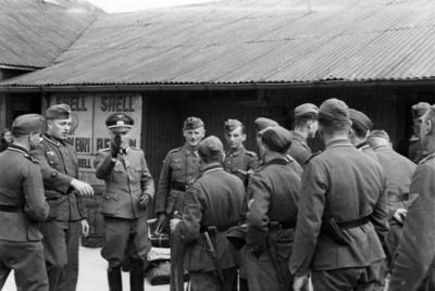 Løytnant Affolderbach sammen med underoffiserer på dampskipskaia