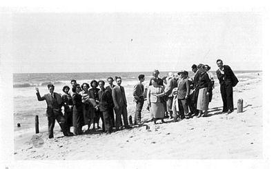 Capitini su una spiaggia con un gruppo di persone