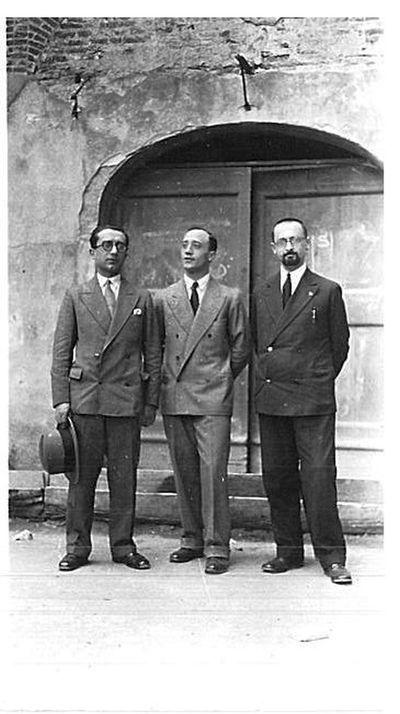 Capitini e due uomini davanti a un portone