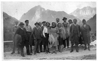 Capitini in montagna con un gruppo di persone