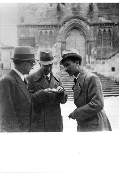 Capitini, Contini e un giovane davanti alla scalinata di Palazzo dei Priori