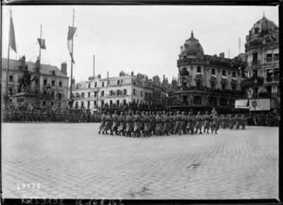 8/5/20, fête de Jeanne d'Arc à Orléans [parade militaire sur la place du Martroi] : [photographie de presse] / [Agence Rol]