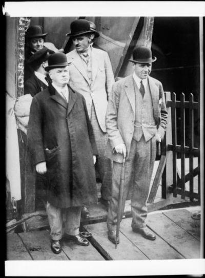 [De gauche à droite] Ben Irish, propriétaire [de] Papyrus [cheval de course], Basil Jarvis, entraîneur de Papyrus : [photographie de presse] / [Agence Rol]