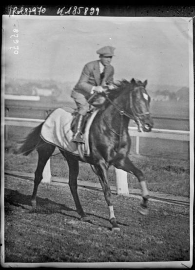 Entraînement de Papyrus [cheval de course], monté par [Steve] Donoghue (Keystone) : [photographie de presse] / [Agence Rol]