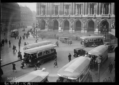 Place de l'Opéra [autobus en stationnement et en circulation] : [photographie de presse] / [Agence Rol]