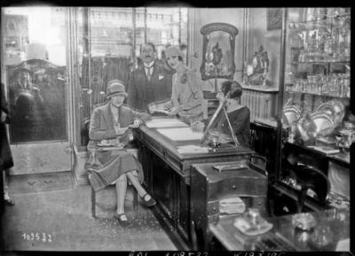 [18/05/26, rue St Honoré,] Pépa Bonafé vendant des bijoux chez Adler [pour l'Union des artistes] : [photographie de presse] / [Agence Rol]
