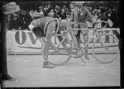 20/6/26, Tour de France, [ravitaillement à] Montbéliard, Alancourt change de multiplication : [photographie de presse] / [Agence Rol]