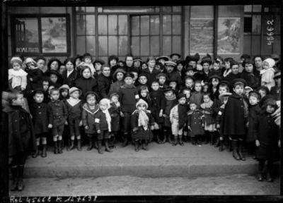 A la gare de Lyon, 20-10-15, départ des petits orphelins de la guerre pour Cannes : [photographie de presse] / [Agence Rol]