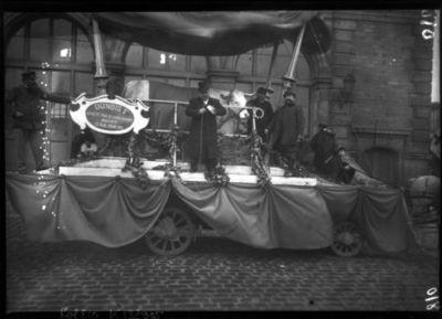 [Boeuf sur un char décoré avec l'inscriptionDunois 1er, acheté par M. Justin Jacques, boucher, 13 rue Rébéval, tradition du boeuf gras] : [photographie de presse] / [Agence Rol]