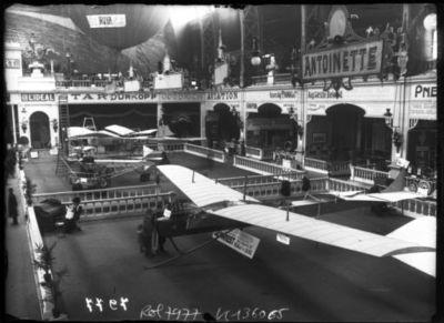 Stand Antoinette, [IXe] Salon belge, 16/1/10 [2 avions parmi les stands] : [photographie de presse] / [Agence Rol]