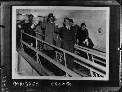 Arrivée de Mollison à Southampton, descendant du bateau avec sa femme : [photographie de presse] / Planet