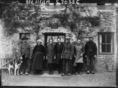 Grand Père et Grand Mère Fradin, les deux soeurs, le jeune Fradin, son père et sa mère : [photographie de presse] / Agence Meurisse
