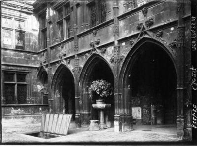 Musée de Cluny : entrée du cloître : [photographie de presse] / Agence Meurisse