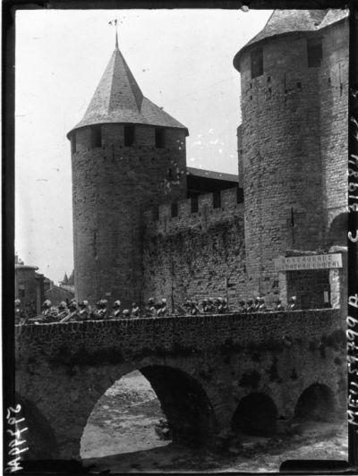 Carcassonne : les trompettes sortant du château : [photographie de presse] / Agence Meurisse