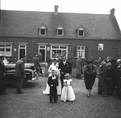 Bruidspaar Van Es- van den Hoogen. De bruidsjonker is Piet Paters en het bruidsmeisje is Elly van den Hoogen.