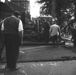 Reparatie aan de weg ter hoogte van het oude gemeentehuis aan de Helvoirtseweg. Uitgevoerd door de Firma Heijmans uit Rosmalen. De Lambertustoren staat in de           steigers.