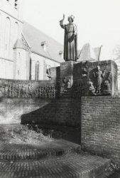 H.Hart monument, gebouwd ca. 1930 naar ontwerp van W. van Hoorn. Met diverse reliëfs uit het leven van Christus. In 1995/96 is het monument gesloopt. Het H.Hart-monument           verhuisde naar de borstwering vlakbij de parochiekerk en de reliëfs werden later tegen de kerkmuren aangebracht; andere reliëfs staan her en der in de haagbeplanting rond de           kerk.