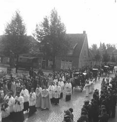 Eerste Heilige Mis van pater M. v.d. Broek, Huize Sint Annaland. Links het Heilig Hartbeeld op de Heuvel met daarachter de gesloopte bebouwing aan de           Ploegstraat.
