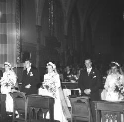 Drie bruidsparen in Escharen. Links het bruidspaar Toon Paters en Jans van den Hoogen.