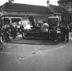 Reparatie aan de weg door de Firma Heijmans uit Rosmalen. Op de achtergrond (op de hoek Taalstraat-Helvoirtseweg) het pand dat P.J. van Heeswijk (Vughts burgemeester           1867-1879) rond 1860 (na sloop van de oude herberg 't Bijltje) liet bouwen.