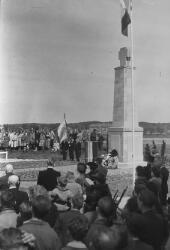 Dodenherdenking bij het monument.