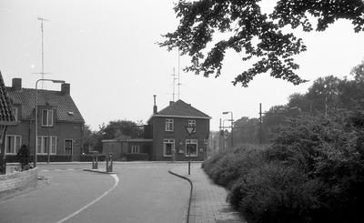 Het hoekpand op de kruising Sint Elisabethstraat - Stationsstraat, rechts bosschages en de spoorlijn.