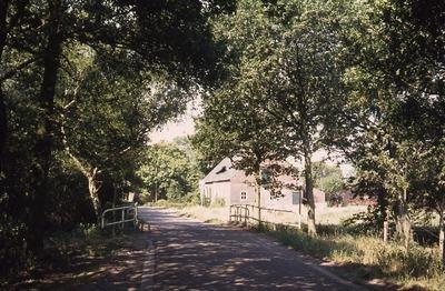De brug over de rivier de Leij of de Zandleij, voordat het fietspad is aangelegd.