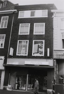 Winkel/woonhuis. Oude huisnaam: Den Yseren Man. Kelder uit 16e eeuw. Na brand in 1953 herbouwd.