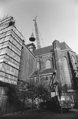 De toren van de Elisabethkerk hangt aan de touwen van de hijskraan.