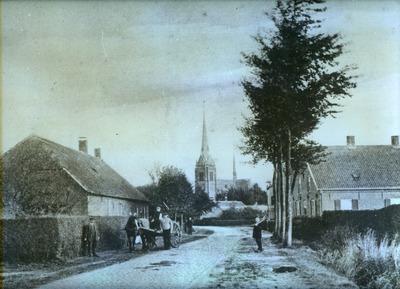 Straatbeeld met kerk op de achtergrond en boerenkar met paard en enkele personen. (Zie ook: FOTOHA.0942)