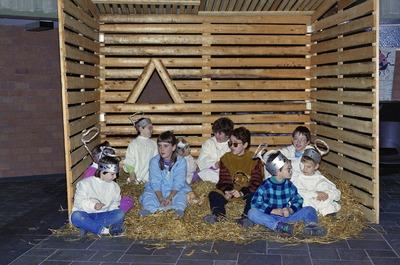 Kinderen zitten op het stro. Weet iemand wie dit zijn en ter gelegenheid waarvan deze foto is gemaakt?