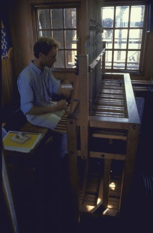 Gast beiaardier bespeelt het klokkenspel in de Grote of Onze Lieve Vrouwekerk